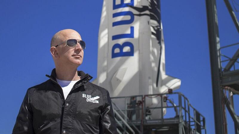 جيف بيزوس مع صاروخ بلو أوريجن