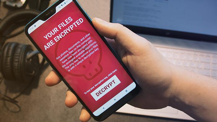 هاتف أندرويد مصاب ببرنامج فدية - هواتف الآيفون بيئة غير جاذبة للبرامج الضارة